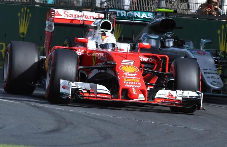 Vettel relega a a Mercedes de Nico Rosberg às sombras nas primeiras voltas do GP da Austrália (Paul Crock/AFP)
