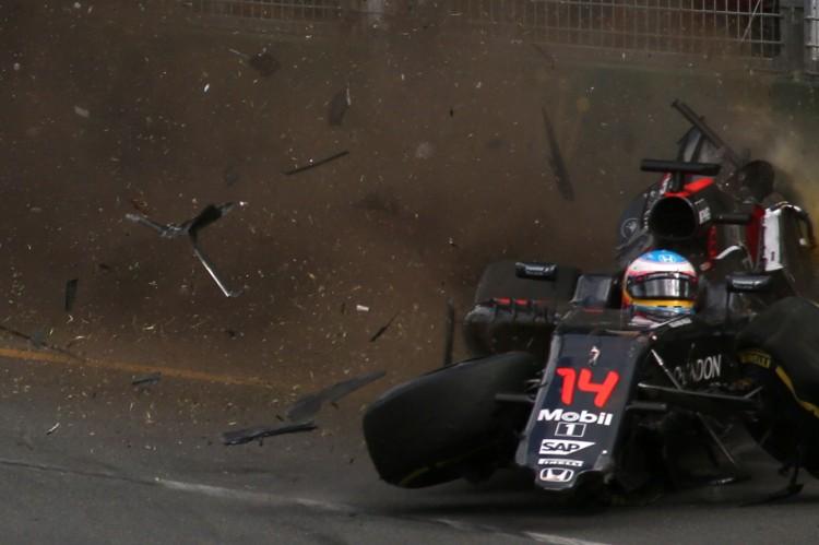 O acidente de Fernando Alonso em Melbourne (Max Blyton/AFP)