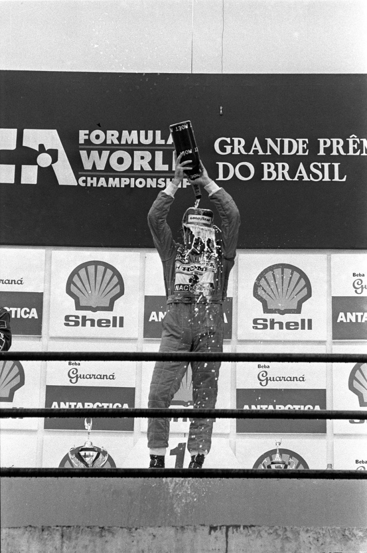 Senna comemora sua primeira vitória em um GP Brasil após oito participações na prova (Everton Ballarddin/Folhapress)