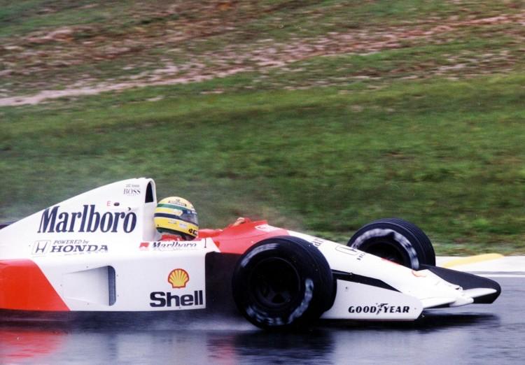 Chuva durante os treinos em Interlagos; pista molhada no fim da prova foi dificuldade adicional para o piloto (Luiz Novaes/Folhapress)
