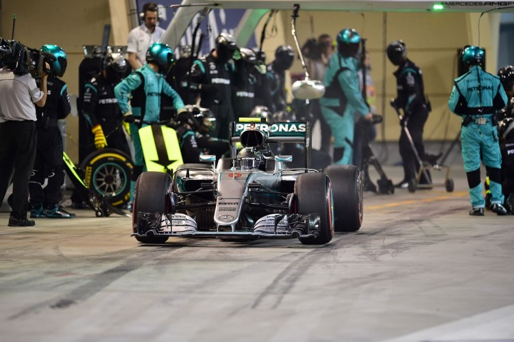 Nico Rosberg sai de sua seguna parada nos boxes em Sakhir (Andrej Isakovic/AFP)
