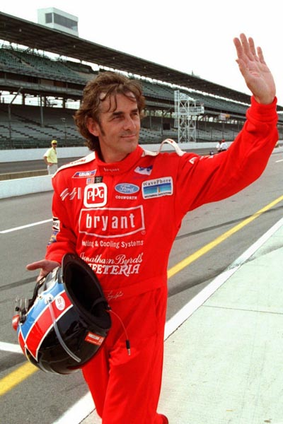 Automobilismo; I.R.L; 500.Milhas de Indianápolis: Arie Luyendyk of Scottsdale, Ariz., reacts to the crowd at the Indianapolis Motor Speedway after he turned in the fastest unofficial practice lap during practice Thursday, May 9, 1996. Luyendyk, the 1990 winner, had a lap at 237.774 mph as he prepares for qualifications for the Indianapolis 500. [AP Photo/Tom Strattman]*** NÃO UTILIZAR SEM ANTES CHECAR CRÉDITO E LEGENDA***