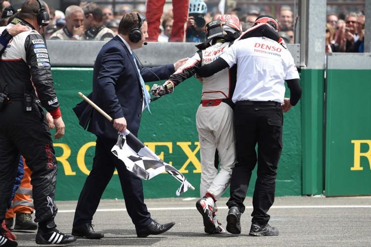Kazuki Nakajima recebe ajuda para voltar aos boxes a pé depois do abandono,  minutos antes do fim da prova (Jean-Sebastién Evrard/AFP)