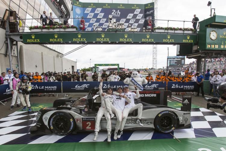 Pilotos da Porsche comemoram vitória nas 24 Horas (Kamil Zihnioglu/Associated Press)