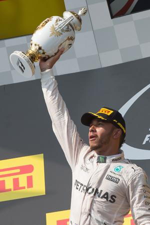 Hamilton levou pra casa a liderança e um dos troféus mais bonitos da temporada (Attila Volgyi/Xinhua)