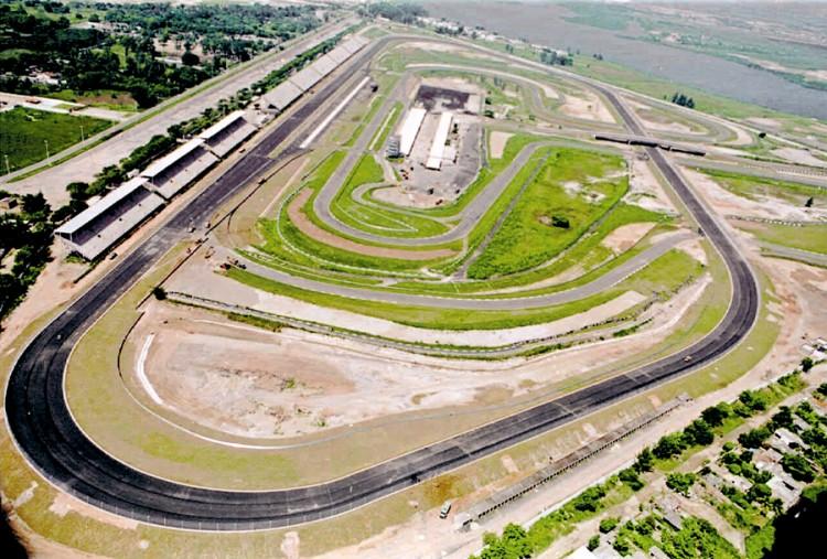 O autódromo de Jacarepaguá em 1996, com o traçado oval recém-construído, preparando-se para receber a etapa inaugural da Cart (Patrícia Santos - 26.fev.1996/Folhapress)
