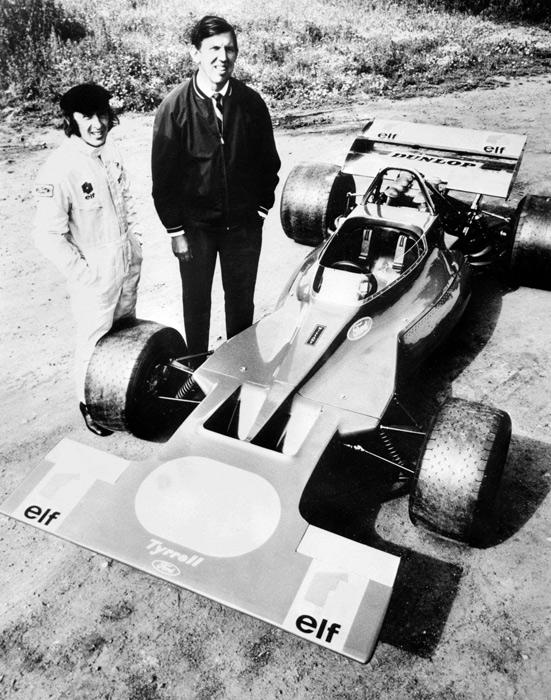 Stewart, já campeão, ao lado do homem que descobriu seu talento para as corridas, Ken Tyrrell (19.ago.1970/AFP)