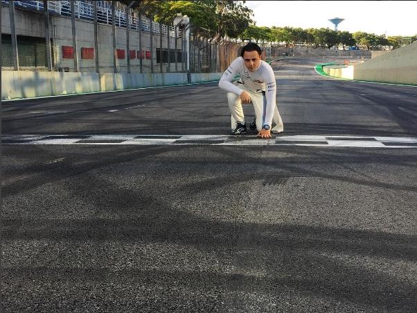 Felipe Massa posa para foto na reta dos Boxes de Interlagos (@massafelipe19/Instagram/Reprodução)