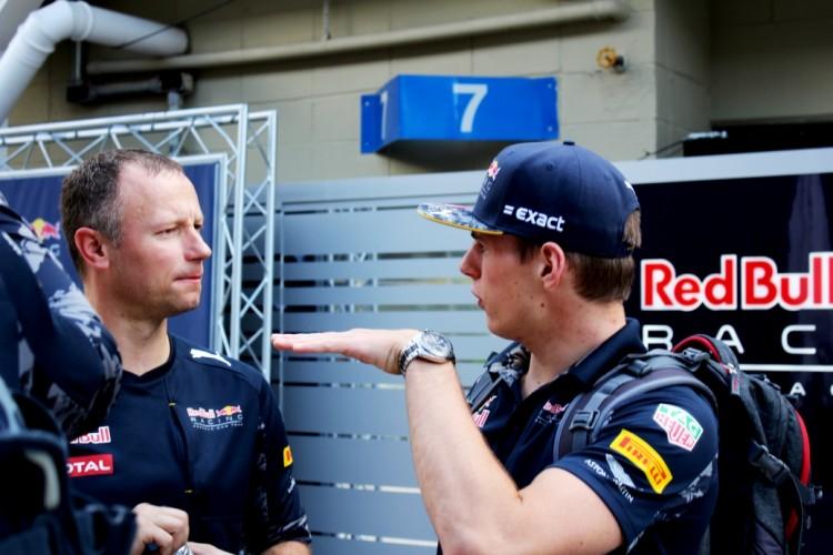 Max Verstappen conversa com membro da equipe Red Bull em Interlagos (Daniel Médici/Folhapress)
