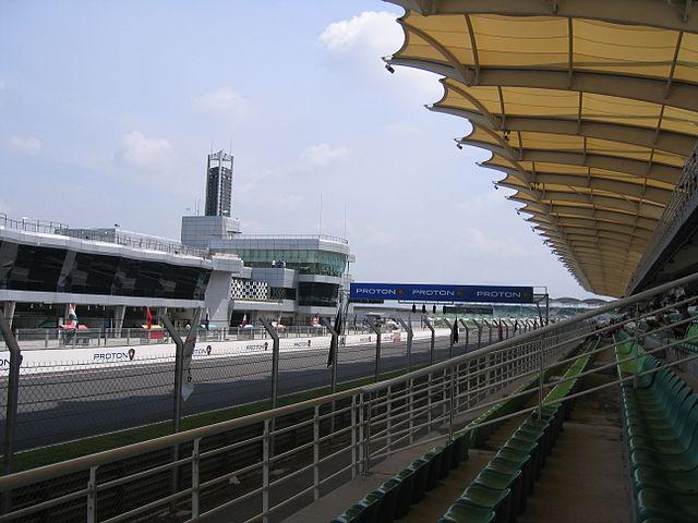 A reta principal de Sepang com a icônica cobertura (Wikimedia Commons)