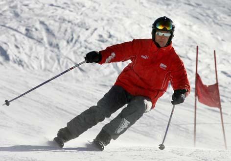 Schumacher demonstrava sua habilidade no esqui todos os anos em Madonna di Campiglio, onde a Ferrari fazia seu tradicional evento de pré-temporada (Patrick Hertzog - 14.jan.2005/AFP)