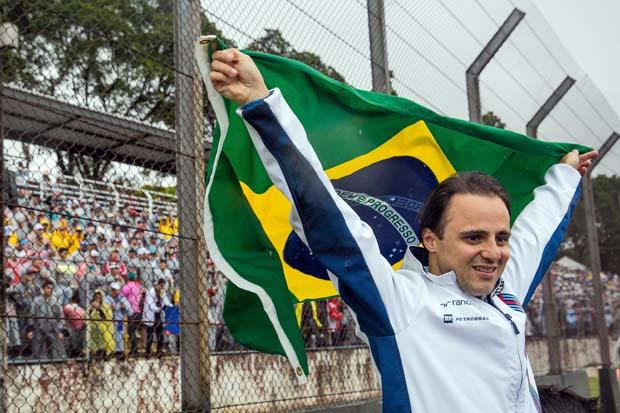 Massa agita bandeira brasileira em Interlagos, antes do GP Brasil de 2016 (Eduardo Anizelli/Folhapress)
