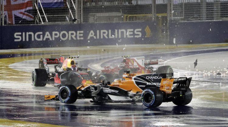 Carro de Fernando Alonso após ser atingido por Max Verstappen e Kimi Raikkonen, na largada do GP de Cingapura