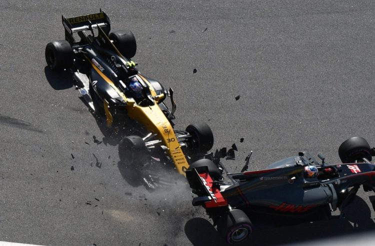 TOPSHOT - Renault's British driver Jolyon Palmer and Haas F1's French driver Romain Grosjean crash after the start of the Formula One Russian Grand Prix at the Sochi Autodrom circuit in Sochi on April 30, 2017. / AFP PHOTO / Andrej ISAKOVIC
